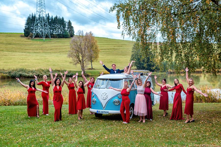 Fotograf Konstanz Hochzeit - Gruppenfoto mit VW Bus